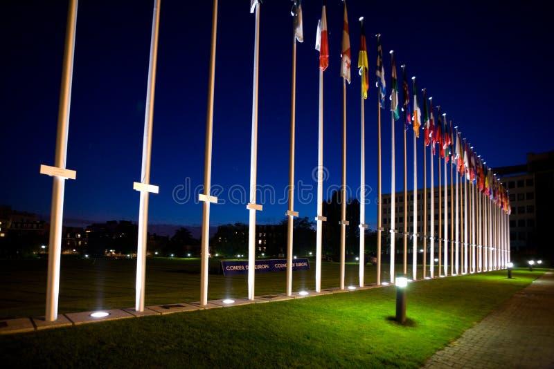 Bandeiras internacionais ao lado do Conselho Europeu fotos de stock