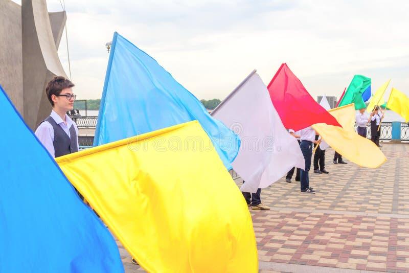 Bandeiras multi-coloridas de mnanipulação aos graduados das escolas na última chamada imagens de stock royalty free