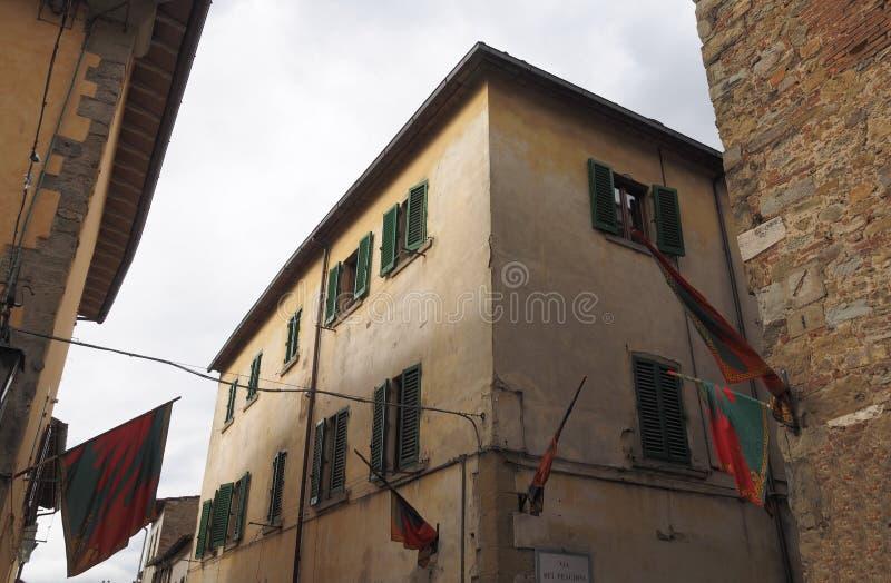 Bandeiras na rua de Arezzo fotografia de stock