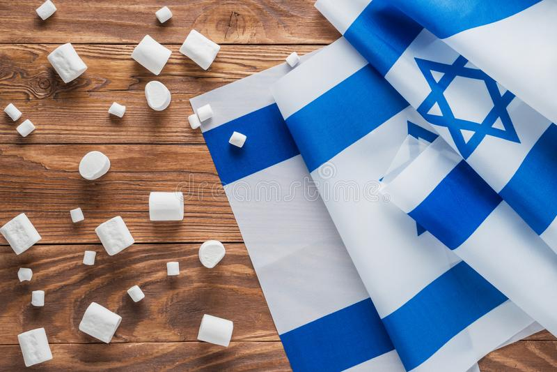Bandeiras nacionais e marshmallows de Israel imagens de stock
