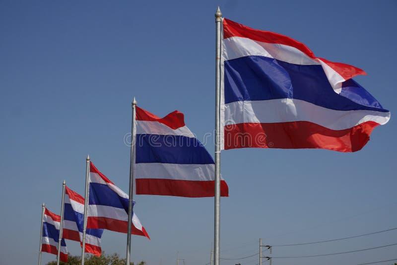 Bandeiras nacionais tailandesas voando ao vento fotos de stock royalty free