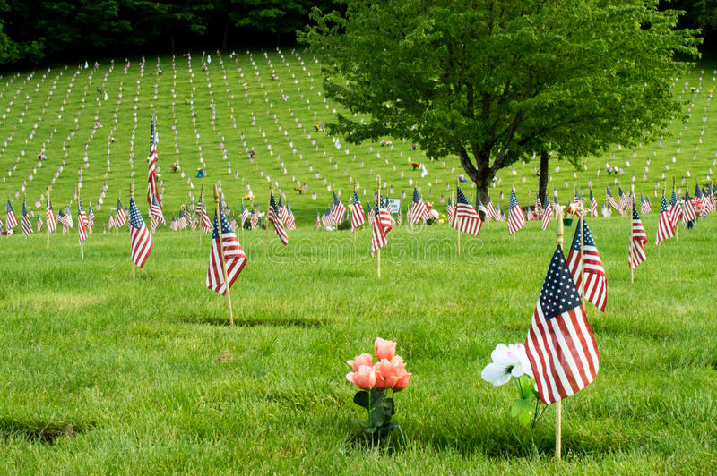 Bandeiras no cemitério nacional de Willamette imagem de stock royalty free
