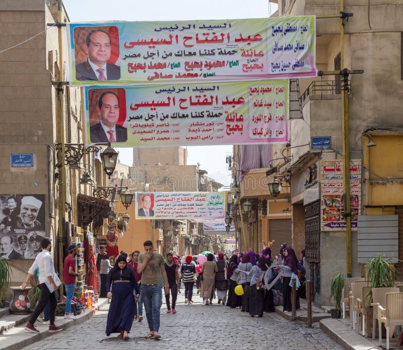 Bandeiras que apoiam o EL-Sisi egípcio atual do presidente Abdel-Fattah para para a rua de Moez do atAl das eleições presidenciai imagens de stock royalty free