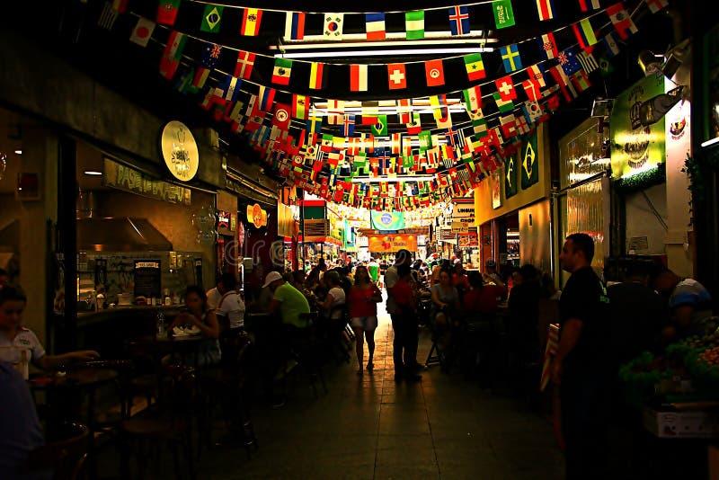 Bandeiras que embelezam o teto do mercado foto de stock