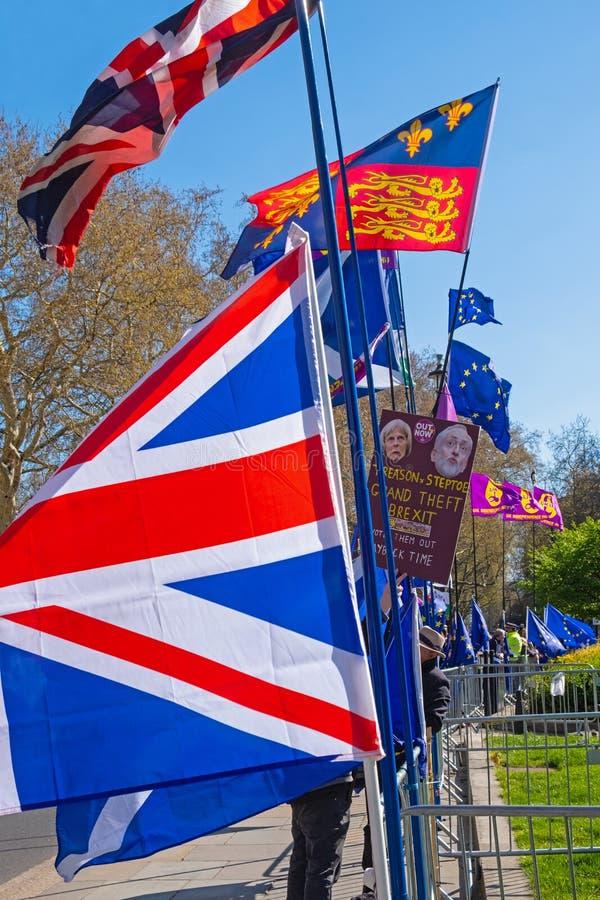 Bandeiras que voam entre o debate político fotos de stock