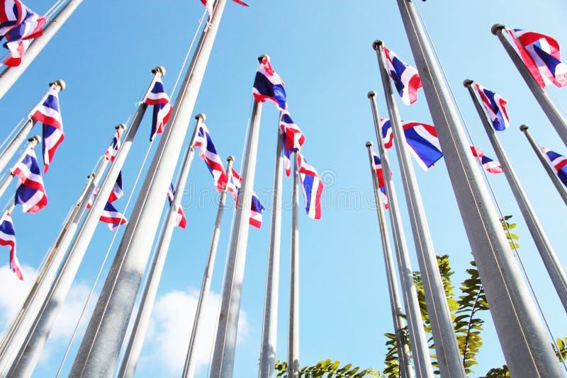Bandeiras tailandesas com céu azul imagem de stock