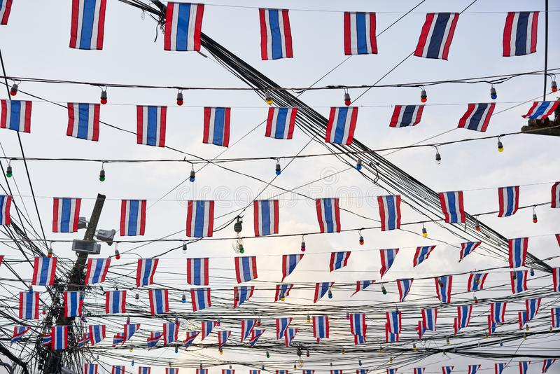 Bandeiras tailandesas de vibração contra o céu azul imagem de stock royalty free