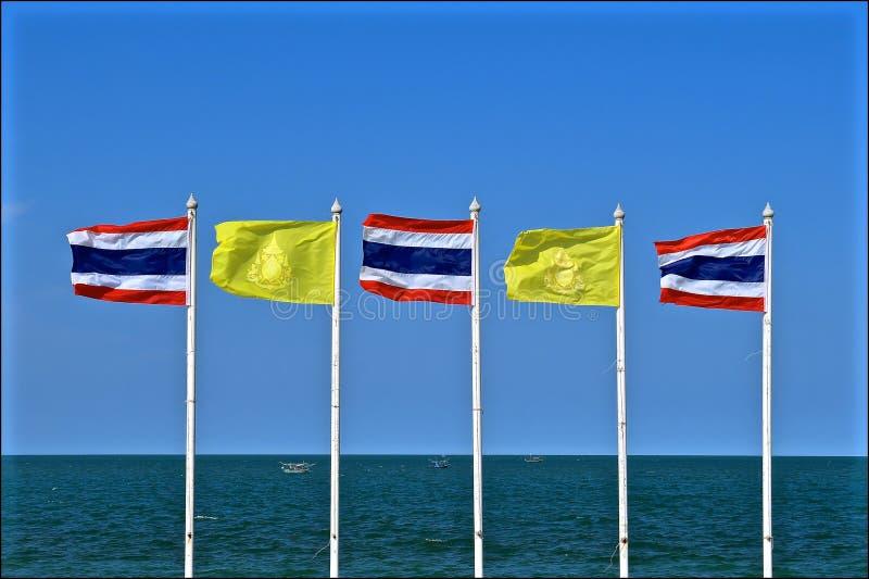 Bandeiras tailandesas e a bandeira dos reis imagem de stock royalty free