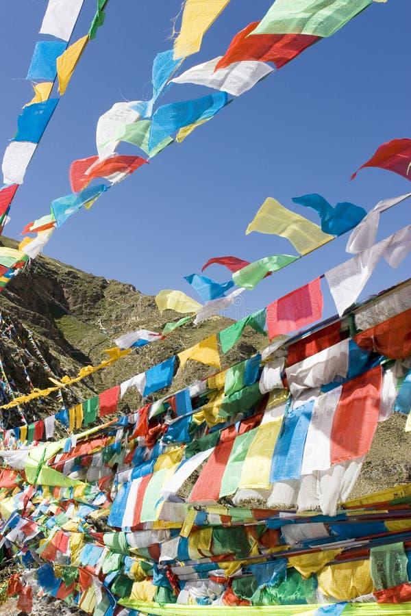 Bandeiras tibetanas da oração em Lhasa imagens de stock royalty free