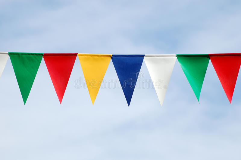 Bandeiras triangulares coloridas foto de stock