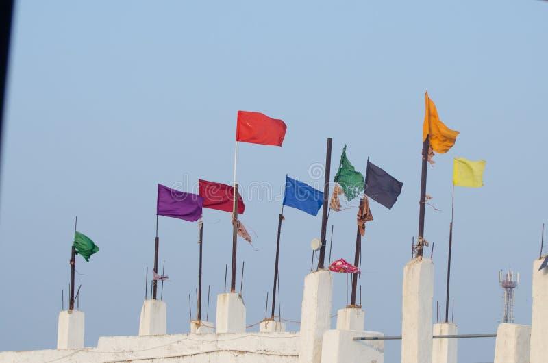 Bandeiras Varicolored na construção branca, Índia foto de stock royalty free