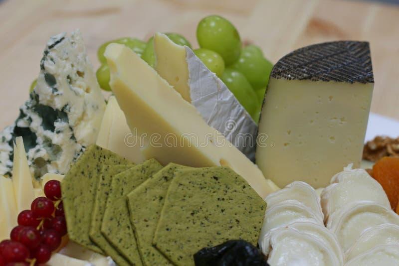 Bandeja Assorted do queijo fotografia de stock