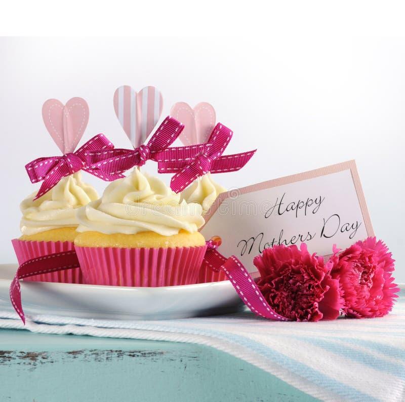 Bandeja chique gasto retro do vintage azul feliz do aqua do dia de mães com queques cor-de-rosa imagem de stock royalty free