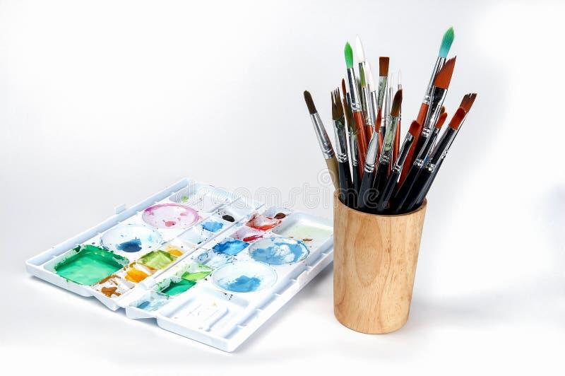 Bandeja com as escovas de pintura da aquarela, bandeja da aquarela da pintura imagens de stock
