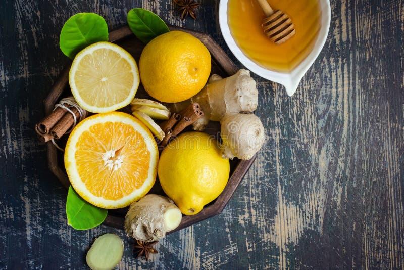Bandeja com os ingredientes para fazer a imunidade que impulsiona a bebida saudável da vitamina foto de stock