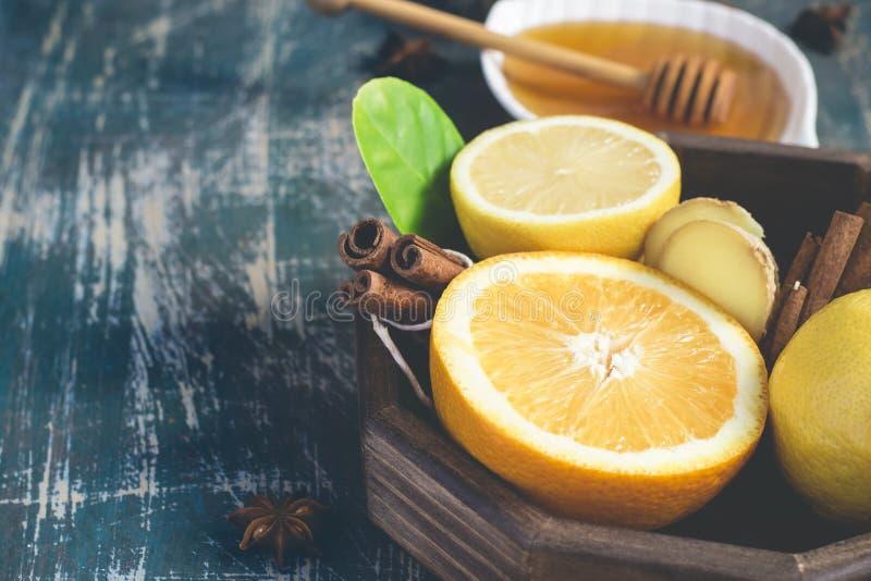 Bandeja com os ingredientes para fazer a imunidade que impulsiona a bebida saudável da vitamina no fundo escuro fotografia de stock