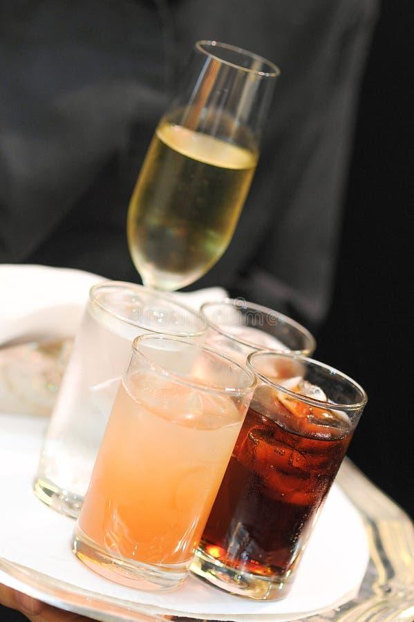Bandeja com vidros dos cocktail fotografia de stock