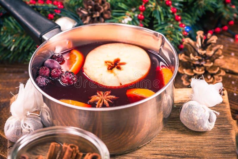 Bandeja com vinho ferventado com especiarias quente, bebidas festivas do Natal foto de stock