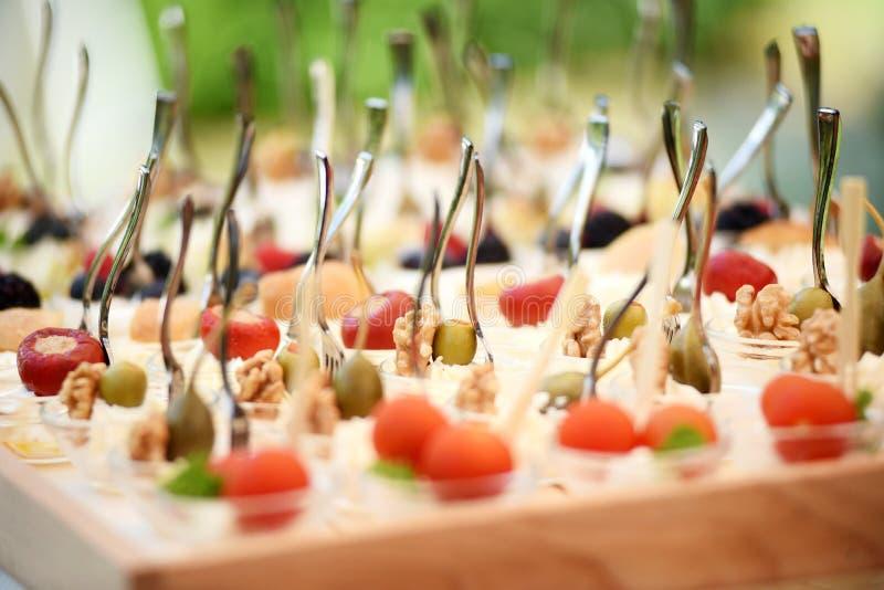 Bandeja con el comida para comer con los dedos en la boda fotos de archivo