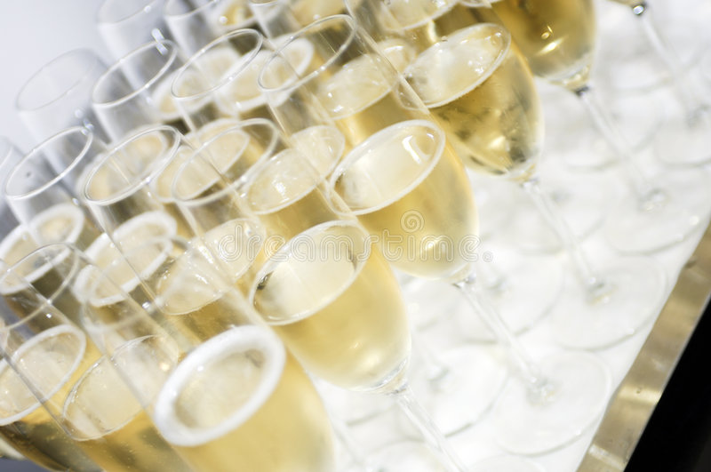 Bandeja con los vidrios del champán fotografía de archivo