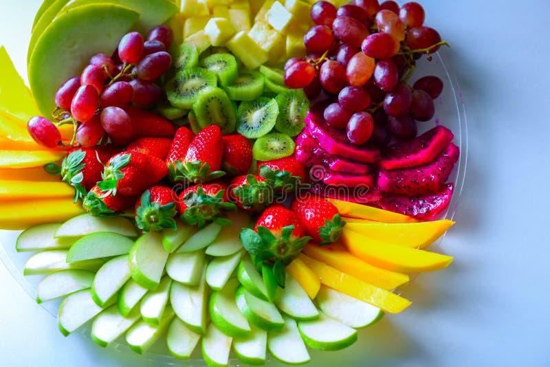 Bandeja crua da variedade dos frutos na placa branca, na tabela branca imagens de stock