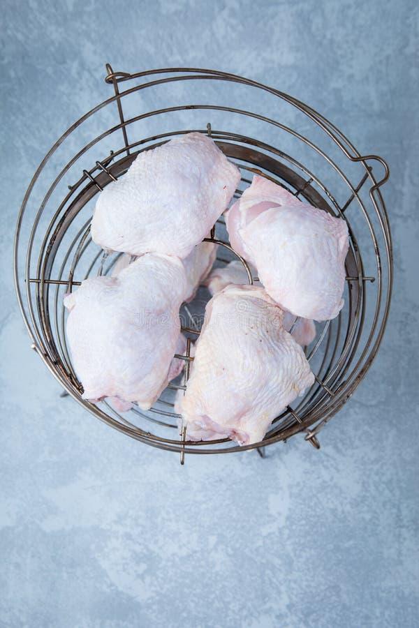 Bandeja cruda del Bbq de los muslos del pollo foto de archivo libre de regalías