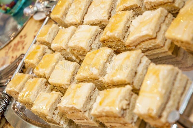 Bandeja de bolos deliciosos da baunilha imagens de stock royalty free