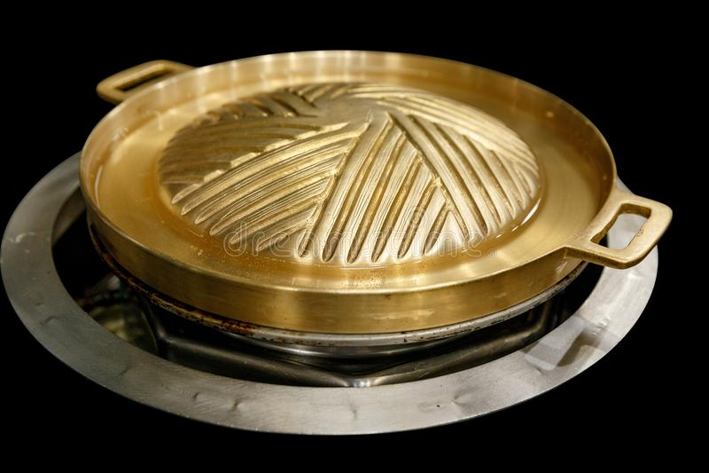 Bandeja de bronze nova do BBQ para o bife coreano tailandês da grade do BBQ do estilo japonês no fundo preto fotografia de stock