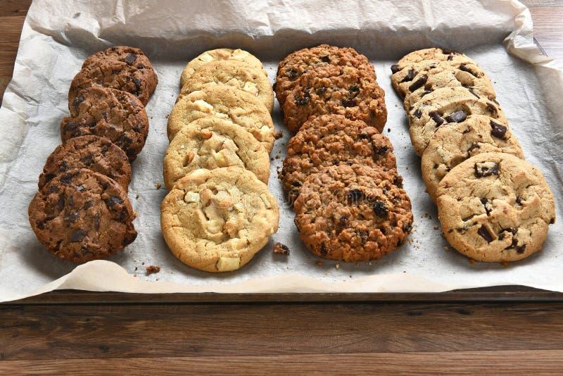 Bandeja de cookies cozidas frescas fotografia de stock