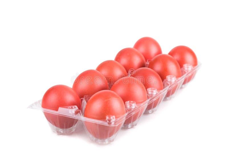 A bandeja de cor vermelha eggs para cumprimentos festivos e presente foto de stock