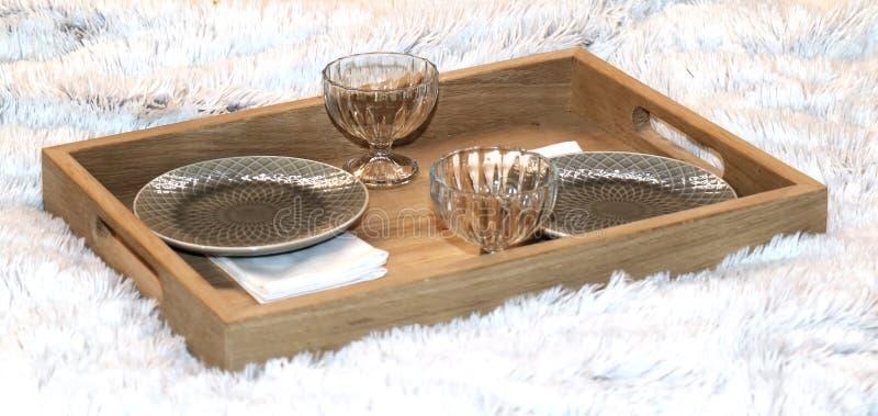 Bandeja de desayuno en la cama foto de archivo libre de regalías