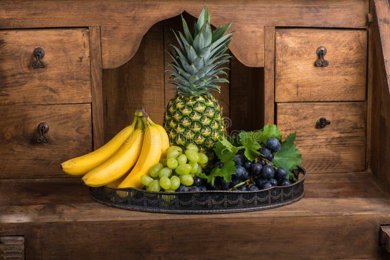 Bandeja de frutos frescos sortidos foto de stock royalty free