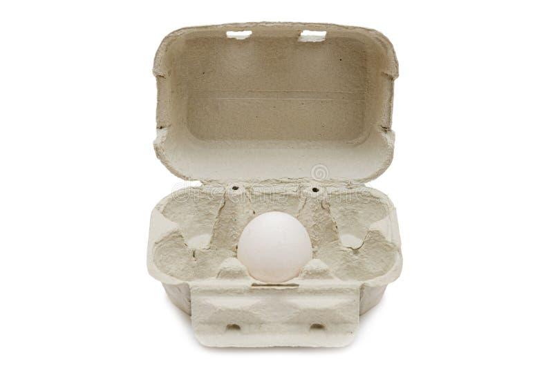 Bandeja de la cartulina para seis 6 huevos aislados en un fondo blanco fotos de archivo libres de regalías