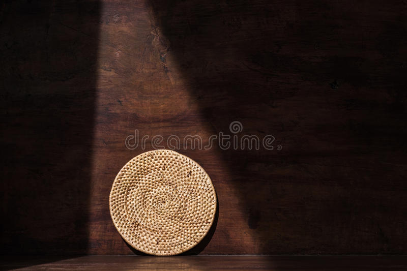 Bandeja de la rota de la armadura, hogar redondos del campo, en fondo de madera retro con la sombra y la sombra, ambiente de la s fotografía de archivo libre de regalías