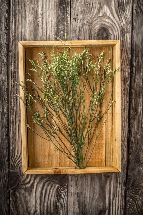 Bandeja de madeira com as flores verticais imagens de stock royalty free