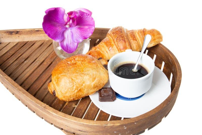 Bandeja de madeira com café francês com pastelaria e chocolate do croissant imagens de stock royalty free