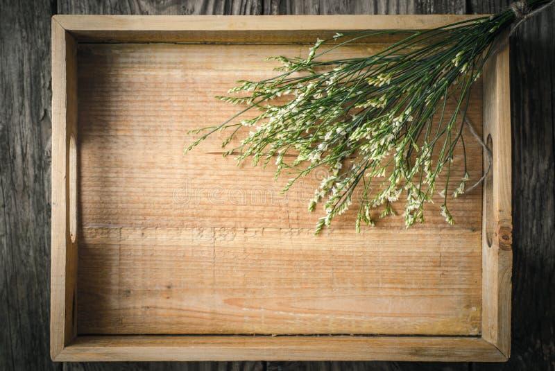 Bandeja de madeira com opinião superior das flores fotografia de stock royalty free