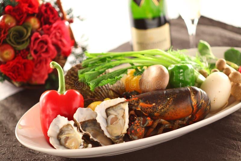 Bandeja de marisco fresco com ostra, lagosta, moluscos, pimentão, mus imagens de stock