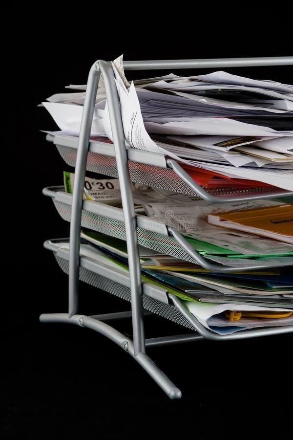 Bandeja de papel desarrumado com papéis fotografia de stock royalty free