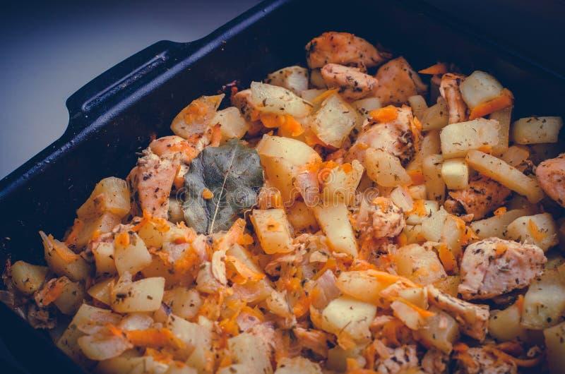 Bandeja de refeição caseiro com o ascendente próximo das batatas, da carne, da cenoura, do abobrinha e da folha de louro fotos de stock royalty free