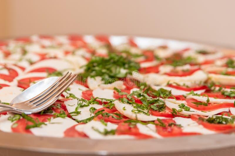 Bandeja del buffet de la mozzarella y del tomate imagen de archivo