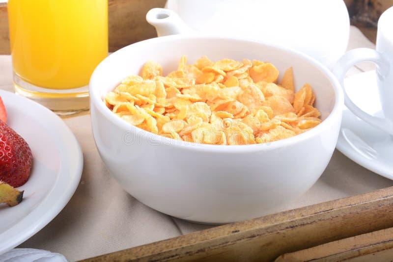 Bandeja del desayuno con el zumo, los cereales y las frutas de naranja imagen de archivo libre de regalías