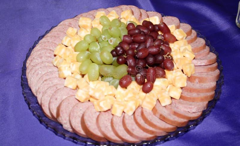 Bandeja del queso, de la uva y de la carne imagen de archivo libre de regalías