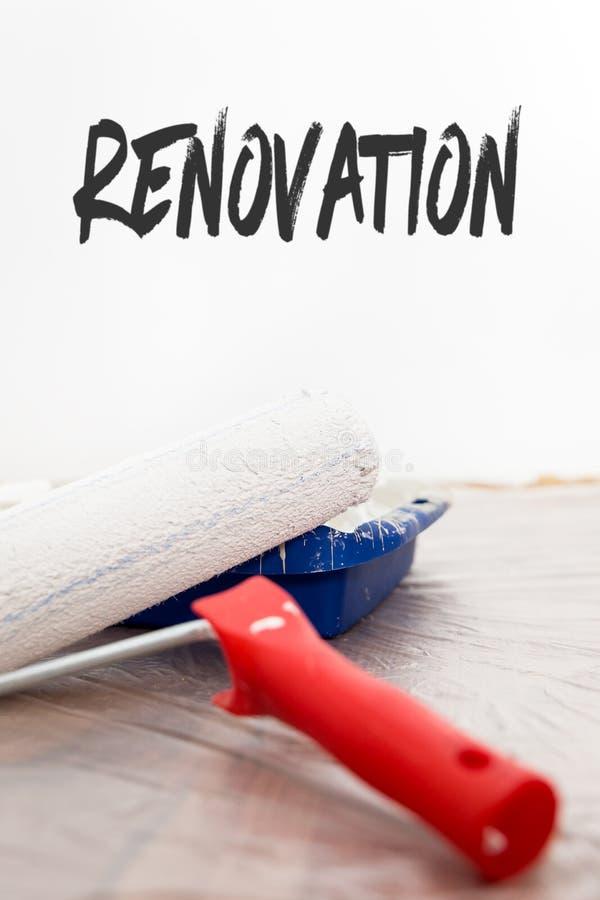 Bandeja del rodillo y de la pintura, fondo blanco, renovación inglesa de la palabra foto de archivo