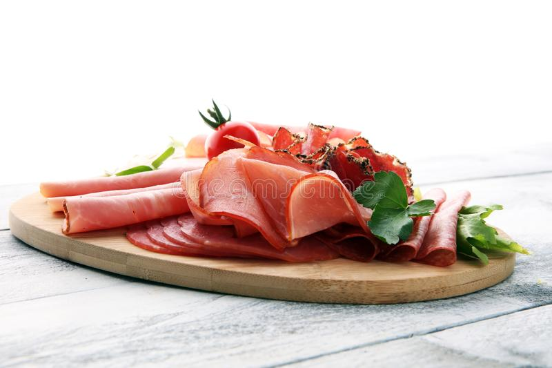 Bandeja do alimento com salame delicioso, partes de presunto cortado, salsicha, fotos de stock royalty free