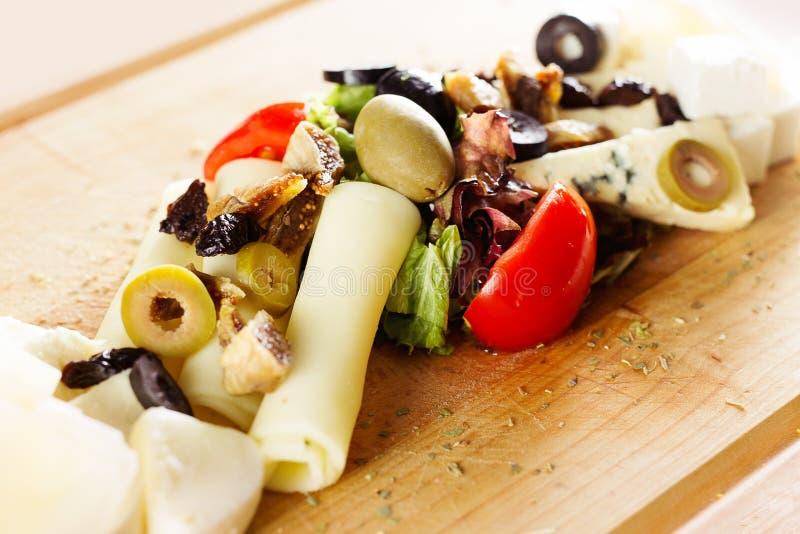Bandeja do alimento com salame delicioso, partes de presunto cortado, salsicha, tomates, salada e vegetal fotografia de stock royalty free