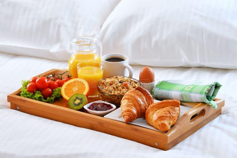 Bandeja do caf da manh na cama na sala de hotel imagem - Bandeja desayuno cama ...