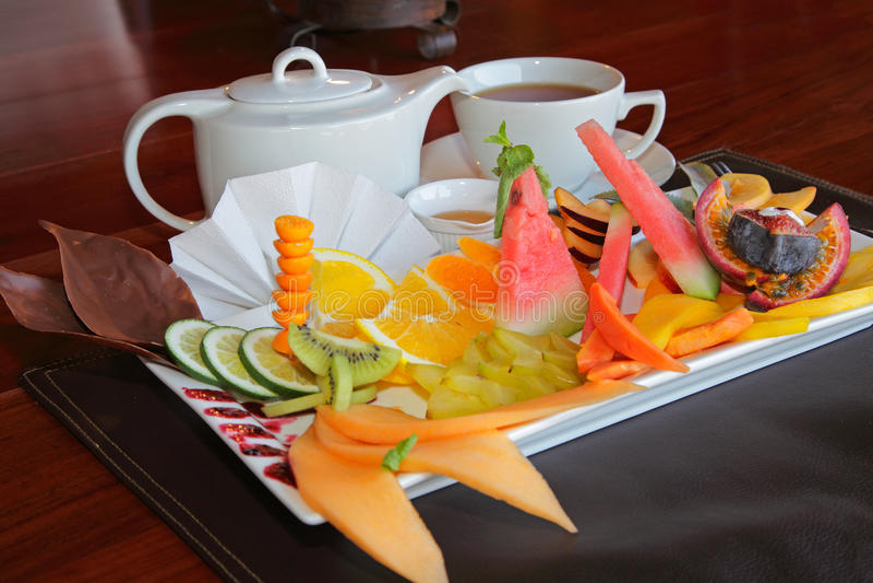 Bandeja do fruto com chá imagem de stock