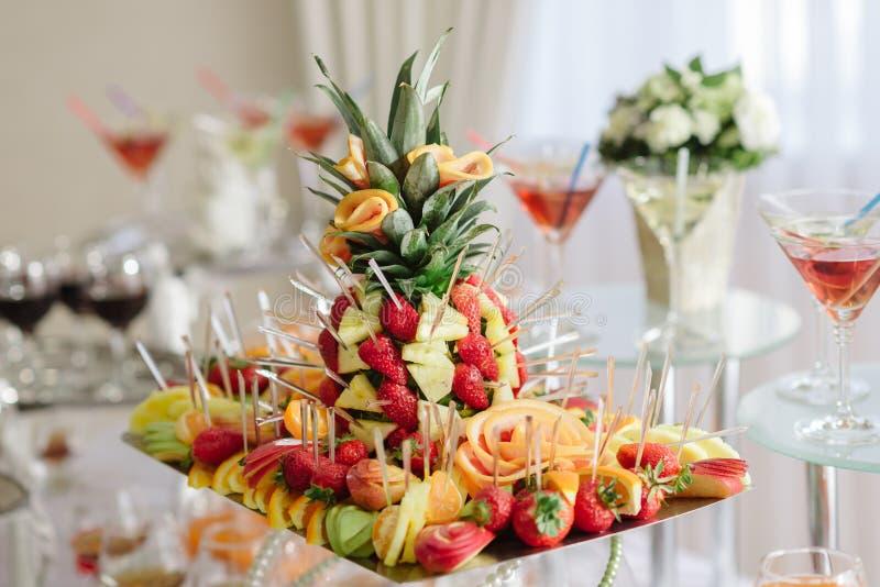 Bandeja do fruto na tabela do casamento fotografia de stock