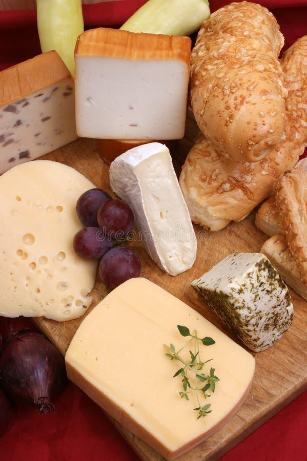 Bandeja do queijo com algum queijo fresco fotos de stock